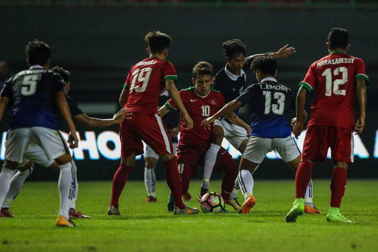 Pemain timnas Indonesia U-19 Egy Maulana Vikri berebut bola dengan pemain timnas Kamboja U-19 di Stadion Patriot Candrabaga, Bekasi, Jawa Barat, Rabu (4/10/2017).