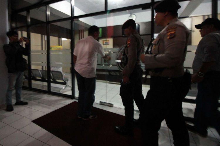 Polisi berjaga di Kantor Pengadilan Tinggi Manado saat Tim KPK menggeledah kantor itu terkait Ketua PT Manado Sudiwardono menjadi tersangka kasus suap, Minggu (8/10/2017).