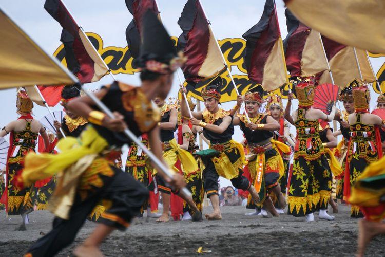 Salah satu fragmen yang menunjukkan kegigihan rakyat Blambangan di Festival Gandrung Sewu 2017. Foto: KOMPAS.COM/Ira Rachmawati