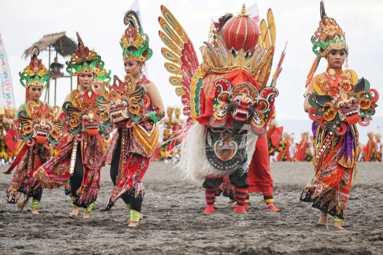 Barong dan tari Jaripah di Festival Gandrung Sewu 2017. Foto: KOMPAS.COM/Ira Rachmawati