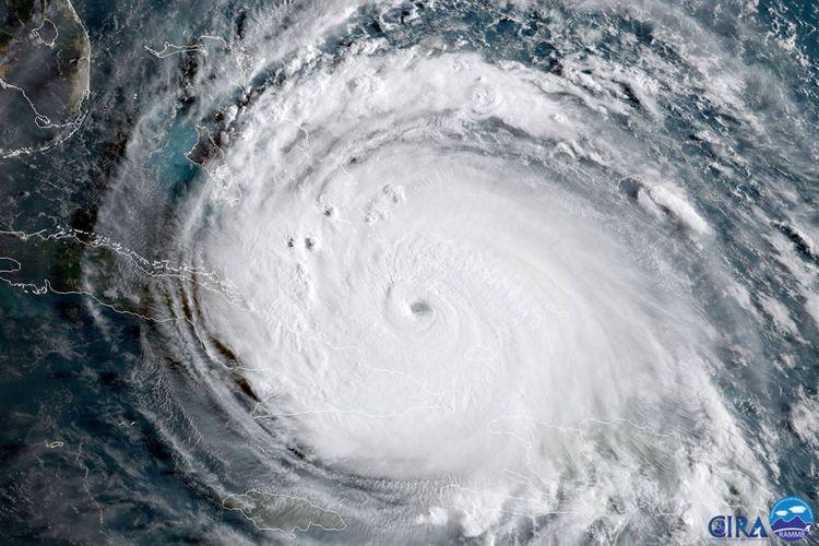 Foto handout yang dirilis NASA ini menunjukkan citra geografi yang ditangkap oleh satelit NOAA-NASA GOES-16 dari badai Irma yang melewati ujung timur Kuba sekitar pukul 08.00 pagi waktu EDT atau Waktu Musim Panas Timur di AS, Jumat (8/9/2017) menuju Pantai Florida. Irma, salah satu badai Atlantik terkuat dalam satu abad ini, menghantam Kepulauan Karibia, Kuba, hingga Florida, AS, telah menewaskan puluhan orang dan memporak-porandakan permukiman penduduk.