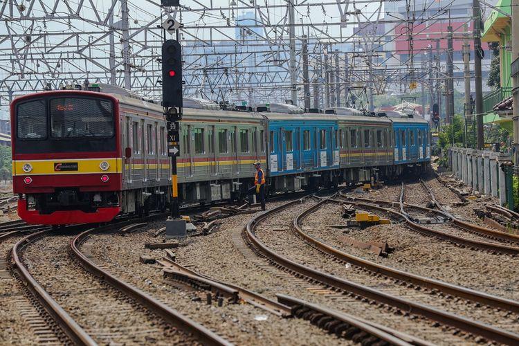 Kereta rel listrik (KRL) meniggalkan Stasiun Jakarta Kota di Jakarta Barat, Kamis (7/9/2017).