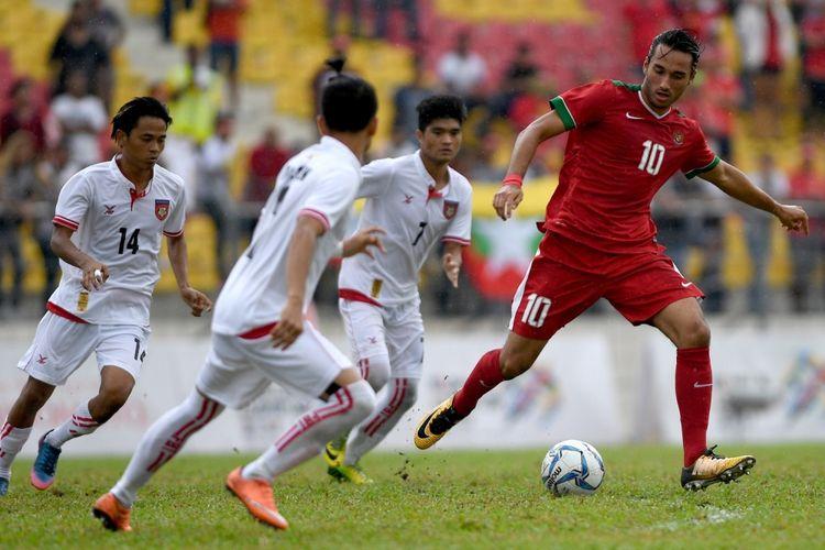 Pesepak bola Timnas U-22 Indonesia Ezra Walian (kanan) menggiring bola melewati tiga pesepak bola Timnas U-22 Myanmar pada laga perebutan medali perunggu sepak bola SEA Games XXIX di Stadion Majlis Perbandaran Selayang, Kuala Lumpur, Malaysia, Selasa (29/8/2017). Timnas sepak bola U-22 Indonesia menyumbang medali perunggu setelah menang 3-1 atas Myanmar.