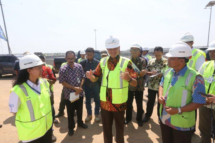 Gubernur Jawa Tengah Ganjar Pranowo meninjau pembangunan Bandara Ahmad Yani Semarang.