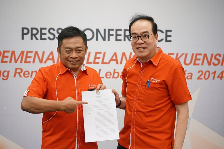 Kiri-kanan: Dirut Telkomsel, Ririek Adrianysah bersama Director of Planning and Transformation Telkomsel, Edward Ying menunjukkan SK Menkominfo soal penetapan Telkomsel sebagai pemenang lelang frekuensi 2.300 MHz di kantor Telkomsel di Jakarta, Senin (23/10/2017).
