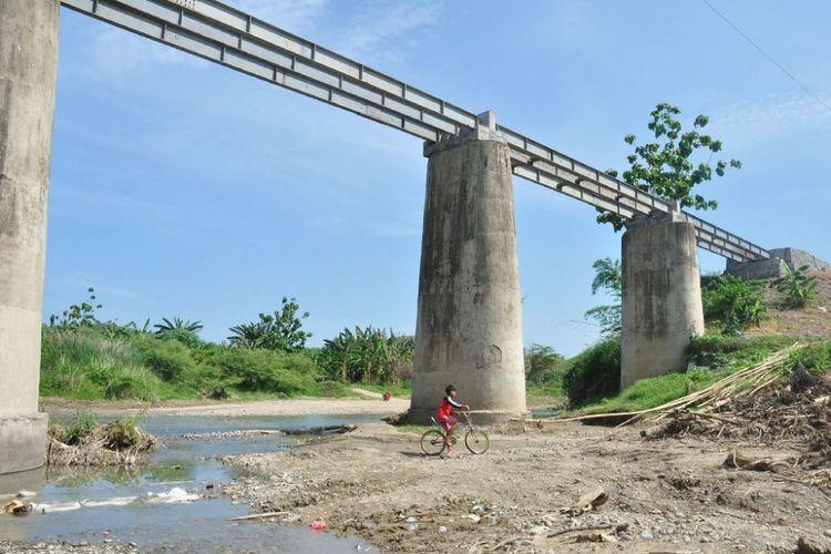 Warga termasuk pelajar di Dusun Sapen dan Borangan, Desa Candirejo, Kecamatan Pringapus, Kabupaten Semarang harus menerjang aliran sungai Jragung karena jembatan Sunut dibongkar untuk diperbaiki. Sungai Jragung membelah wilayah Kabupaten Demak dengan Kabupaten Semarang.