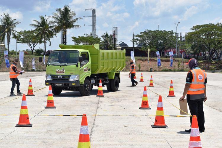 Kompetisi Safety Driving Hino, tes zig-zag.