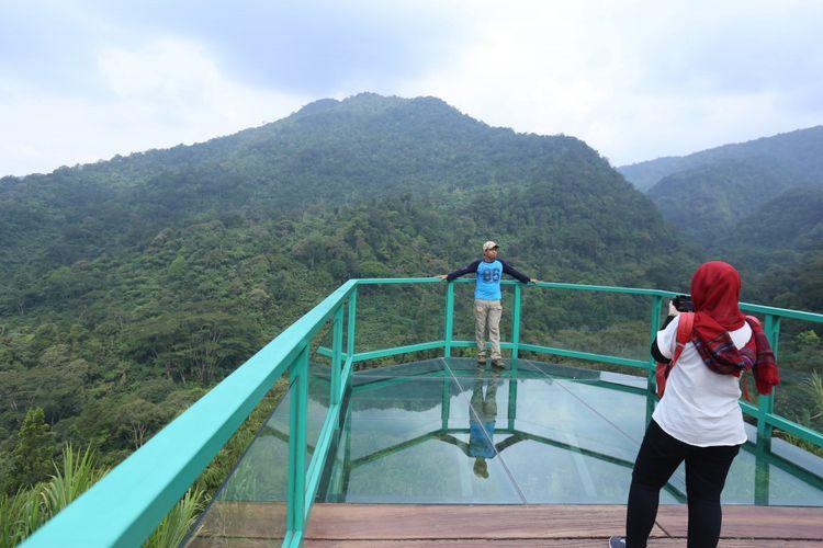 Para pengunjung berpose di pinggir tebing Istana Panda Indonesia, Taman Safari Indonesia Bogor, Jawa Barat, Rabu (1/11/2017). Sepasang panda, Cai Tao (jantan) dan Hu Chun (betina) yang berasal dari penge   mbangbiakan di China Wildlife Conservation Association (CWCA) telah selesai menjalani proses karantina dan akan diperkenalkan untuk publik pada November 2017 ini
