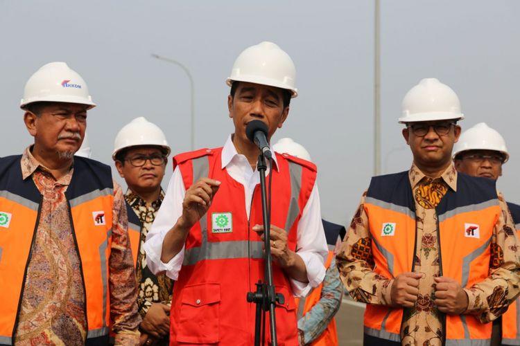 Presiden Joko Widodo didampingi Gubernur DKI Jakarta Anies Baswedan dan Wakil Gubernur Jawa Barat Deddy Mizwar, memberikan sambutan peresmian Tol Bekasi-Cawang-Kampung Melayu (Becakayu), Jumat (3/11/2017).