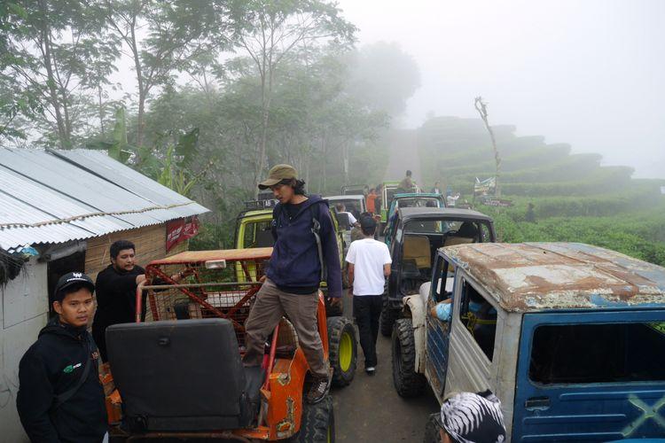 Menelusuri Desa Wisata Nglinggo menggunakan mobil Sport Utility Vehicle di Jalur Bedah Menoreh, Kabupaten Kulon Progo, Yogyakarta, Sabtu (4/11/2017).