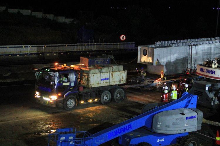 Proses pemasangan steel box girder proyek Jalan Tol Jakarta Cikampek II (Elevated), Selasa (7/11/2017) dini hari.