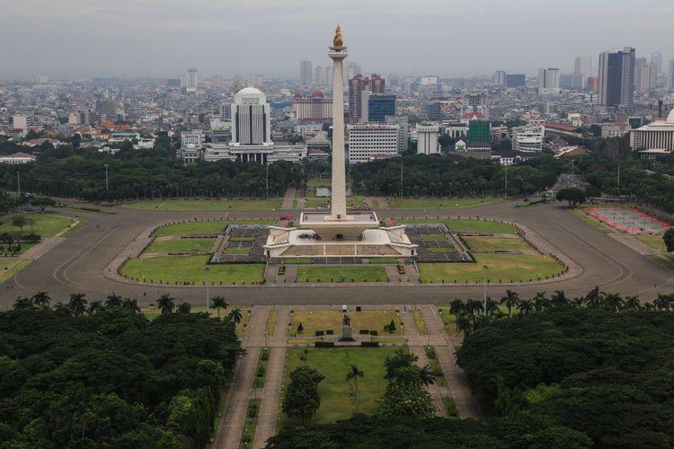Pemandangan Monumen Nasional (Monas) dari lantai 24 di Perpustakaan Nasional di Jalan Medan Merdeka Selatan, Jakarta Pusat, Rabu (8/11/2017).