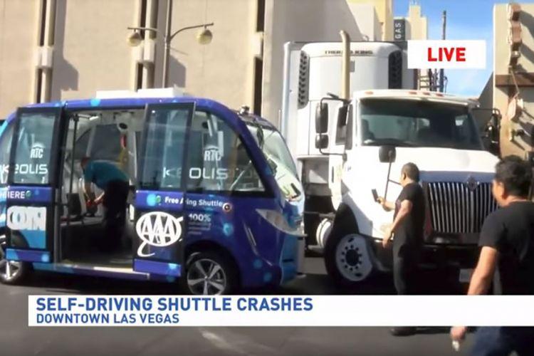 Potongan video rekaman KSNV News 3 memperlihatkan situasi saat bus swa kemudi berwarna biru mengalami kecelakaan di Las Vegas, AS.