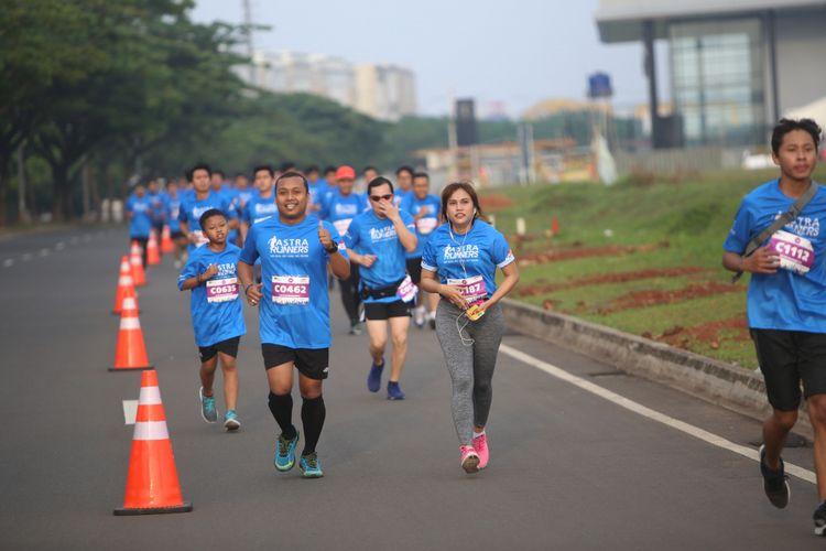 Para peserta  saat berpartisipasi pada acara Race 6K dan Fun Walk 3K di Astra Biz Center BSD, Tangerang, Minggu (12/11/2017). Acara yang diadakan  Komunitas lari Astra Runners ini untuk memperingati  HUT ke 60 Astra para peserta akan menempuh jarak 6 Kilometer untuk lari dan 3 Kilometer untuk jalan santai.
