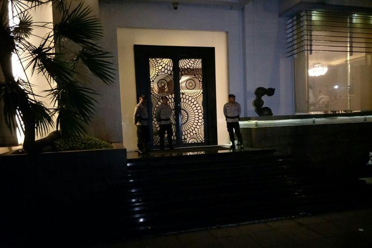 Suasana Rumah Setya Novanto saat penyidik KPK datang