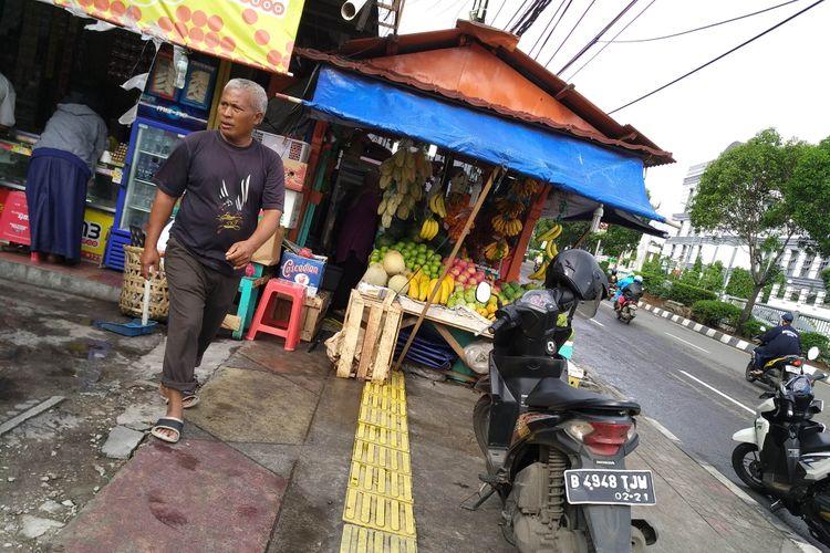 Ruas trotoar yang di pakai berjualan PKL di seberang terminal Rawamangun, Senin (27/11/2017).