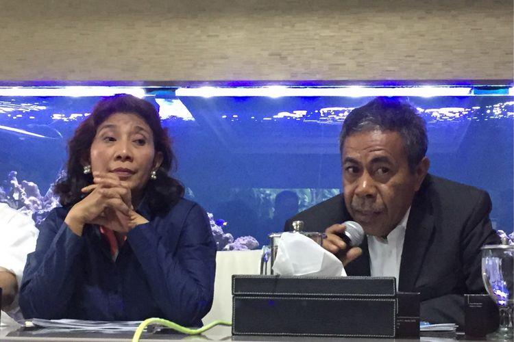 Menteri Kelautan dan Perikanan Susi Pudjiastuti bersama Duta Besar Timor Leste untuk Indonesia Alberto Xavier Pereira Carlos saat mengadakan konferensi pers di rumah dinas Susi, Jakarta Selatan, Senin (4/12/2017).