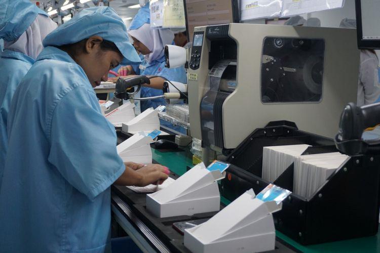 Kemasan Xiaomi Mi A1 disiapkan di pabrik perakitan.