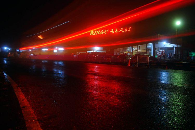 Bangunan rumah makan Rindu Alam, Cisarua, Puncak, Bogor, Jawa Barat, saat difoto malam hari, Kamis (30/11/2017).