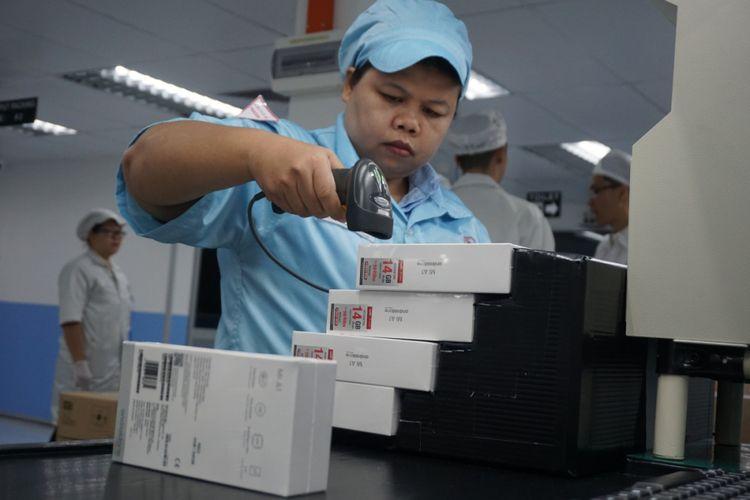 Karyawan mengecek boks Xiaomi Mi A1 di pabrik perakitan PT Sat Nusapersada di Batam.