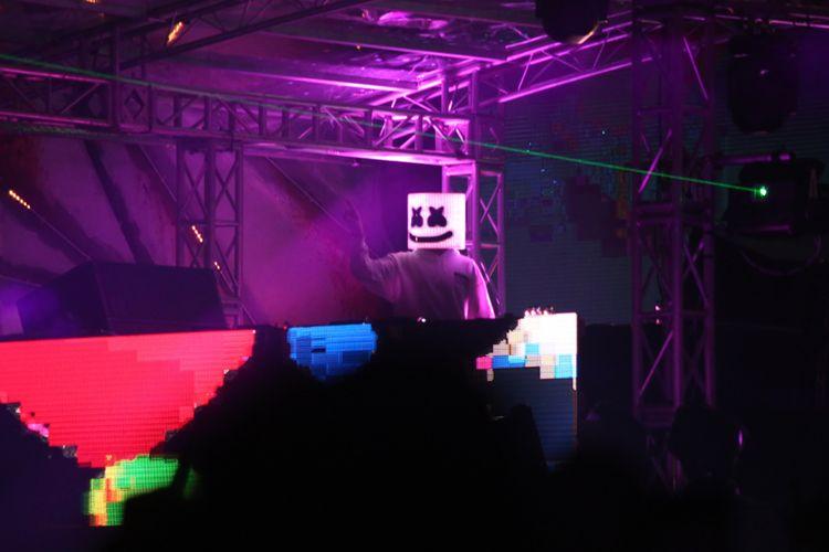 Aksi Marshmello membuat penonton larut dalam kemeriahan saat acara Djakarta Warehouse Project 2017 di JI Expo, Kemayoran, Jakarta, Jumat (15/12/2017). Pertunjukan yang berlangsung selama dua hari ini dimeriahkan oleh aksi panggung lainnya antara lain Rich Chigga, Steve Aoki, David Gravel, Hardwell dan lain-lain.