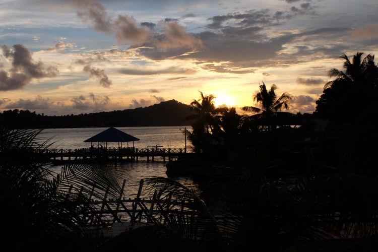 Pemandangan senja di Banda Neira.