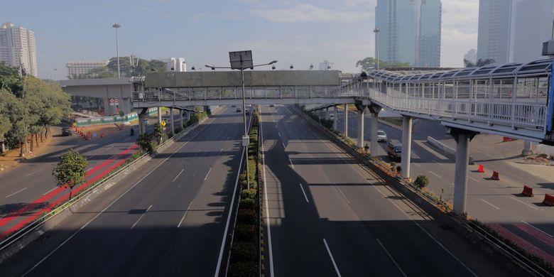 Kendaraan roda empat melintas di Jalan Jenderal Gatot Subroto, Jakarta Pusat, Minggu (25/6/2017). Hari Raya Idul Fitri 1438 H, kondisi jalan di Jakarta terpantau lengang.
