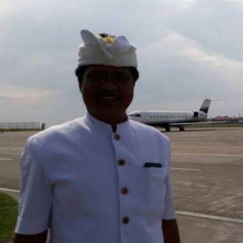 Wakil Gubernur Bali Ketut Sudikerta usai upacara melaspas jet pribadi milik Setya Novanto di Bandara Ngurah Rai, Bali, Jumat (21/4/2017)