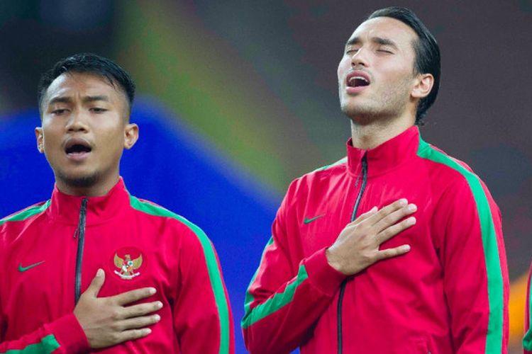 Ezra Walian (kanan) menyanyikan lagu kebangsaan menjelang laga SEA Games 2017 antara timnas U-22 Indonesia dan Filipina di Stadion Shah Alam, Selangor, Kamis (17/8/2017).