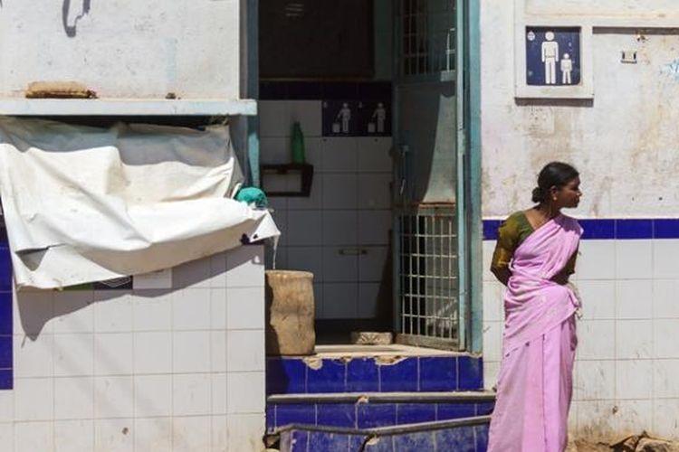 Menurut data WHO, hampir separuh penduduk India belum memiliki toilet permanen di kediaman mereka.