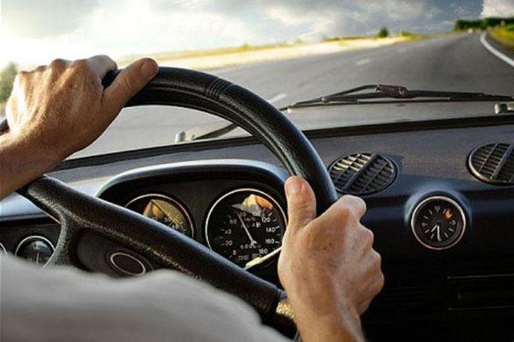 Ilustrasi berkendara mobil di jalan