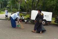 Peserta Bersih-bersih Sampah Usai Reuni Akbar 212 di Monas