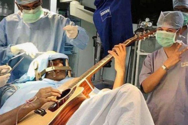Abhishek Prasad tetap dalam keadaan sadar saat memainkan gitarnya di tengah operasi otak.