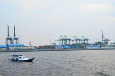 Pembangunan Tanggul Pantai di Utara Jakarta Sudah 50 Persen
