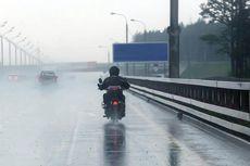 Perbekalan Menerobos Hujan dengan Motor