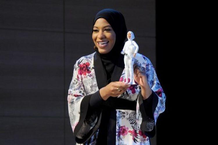 Atlet anggar AS Ibtihaj Muhammad memamerkan boneka Barbie berhijab.