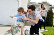 Benarkah Pola Asuh 'Helicopter Parenting' Buruk untuk Anak?