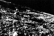 Di Balik Muka Kering Kerontangnya, Bulan Menyimpan Air