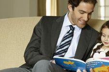 Ayah, Ini Manfaat Membaca Buku Bersama Si Kecil