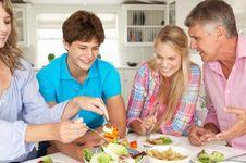 Rutin Makan Bareng Keluarga, Banyak Manfaatnya!