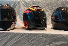 Momen Pas yang Sedang Cari Helm Baru