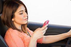 Ingat Lagi Bahaya Mengemudi Sambil Main Ponsel