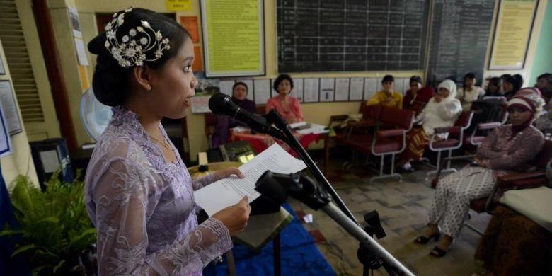 Murid tingkat XII melakukan pidato dengan Bahasa Jawa saat mengikuti ujian praktek muatan lokal Bahasa Jawa di SMA 17, Jalan Tentara Pelajar, Yogyakarta, Senin (4/3/2013). Hasil dari ujian tersebut akan menjadi salah satu penentu kelulusan mereka.