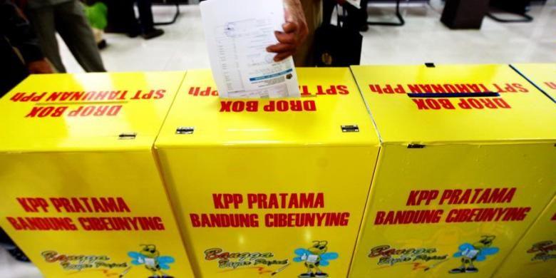 Warga memasukkan formulir SPT Pajak mereka para kotak yang tersedia di Kantor Pelayanan Pajak Pratama Bandung Cibeunying, beberapa waktu lalu.