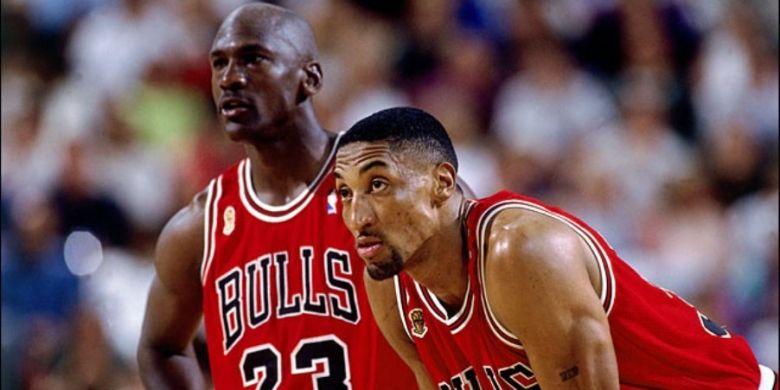 Pemilik Charlotte Bobcat a.k.a Hornets, Michael Jordan (kiri)