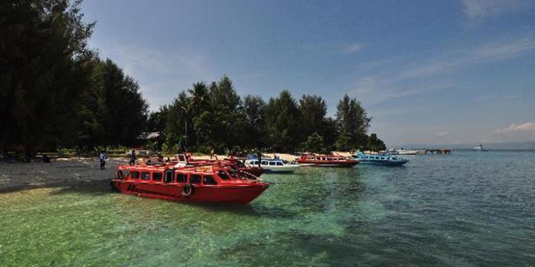 Kapal bersandar di Pulau Dodola, Morotai, Maluku Utara, Jumat (14/9/2012). Pulau Dodola merupakan salah satu objek wisata di Morotai yang sedang dikembangkan oleh pemerintah daerah.