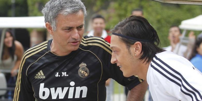 Pelatih Jose Mourinho (kiri) dan Mesut Oezil ketika masih bersama-sama di Real Madrid.