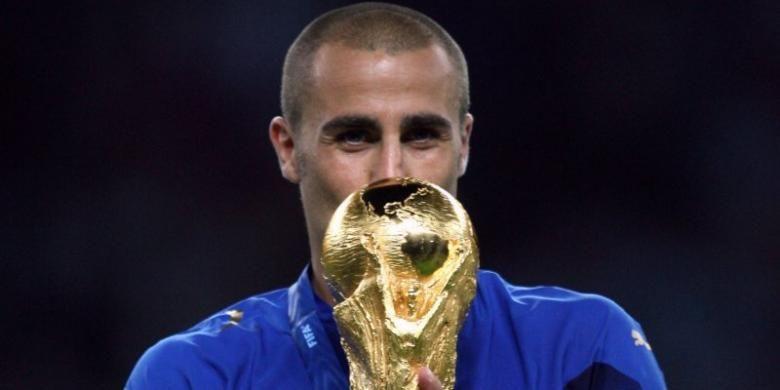 Fabio Cannavaro ketika menjadi kapten timnas Italia dan mengangkat trofi Piala Dunia 2006.