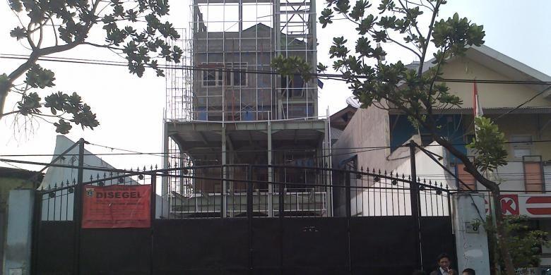 Sebuah bangunan tiga lantai di Jalan KS Tubun Raya No. 8 RT 03/RW 05, Slipi, Jakarta Barat, yang tak memiliki Izin Mendirikan Bangunan (IMB) dan melanggar Garis Pandang Bangunan (GPB). Bangunan ini seharusnya dieksekusi oleh Suku Dinas Pengawasan dan Penertiban Bangunan (P2B) Jakarta Barat pada Rabu (4/9/2013) kemarin