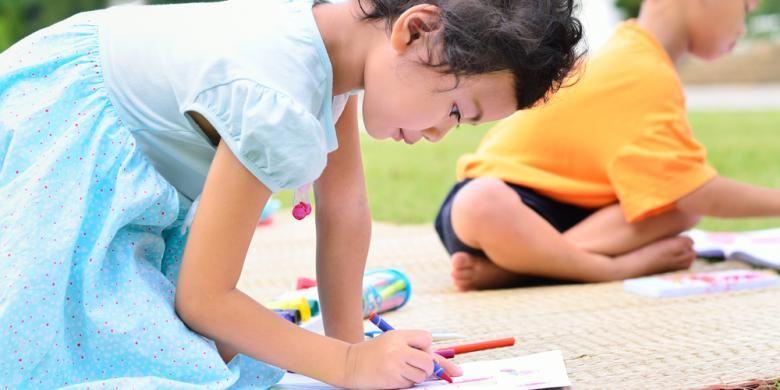 Pada masa usia emas (golden age), otak anak-anak mampu secara cepat menyerap berbagai informasi yang diterima dari lingkungan sekelilingnya. Pada masa ini pula anak-anak mahir meniru tingkah laku dan kebiasaan yang dilihat di sekitarnya.